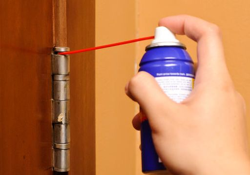 Comment arrêter le grincement de votre porte